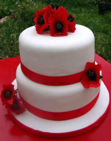 Двухуровневый торт на свадьбу с цветочными украшениями