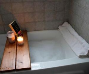 Подставка для ванной для книг из старых досок