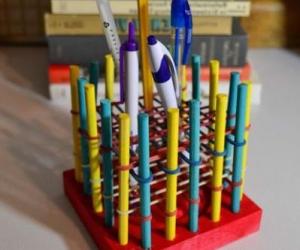 Держатель для ручек и карандашей из упаковочных резинок